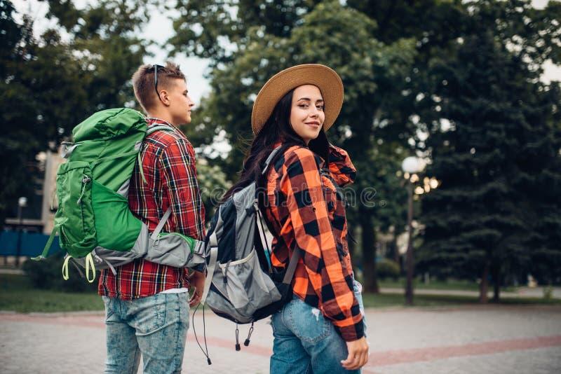 有旅行在旅游镇的背包的远足者 库存照片