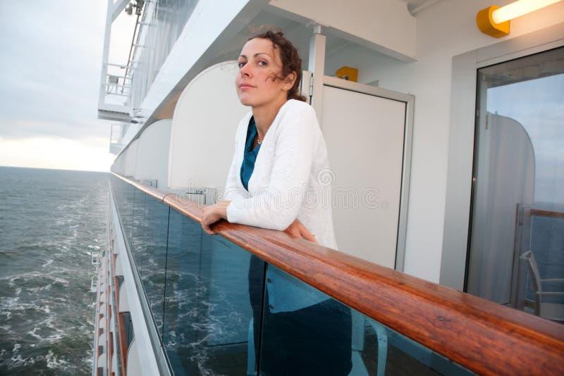 有旅行在船的卷毛的妇女 免版税库存照片