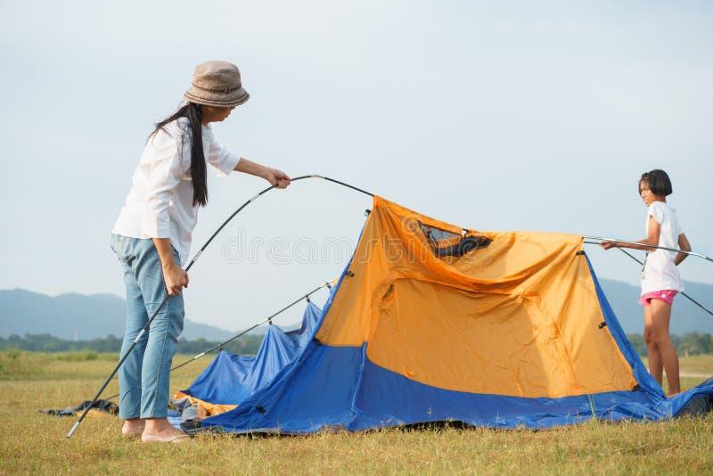 有旅行的母亲和的孩子的亚洲家庭放松,是放松的一个帐篷,家庭生活方式的概念  免版税图库摄影