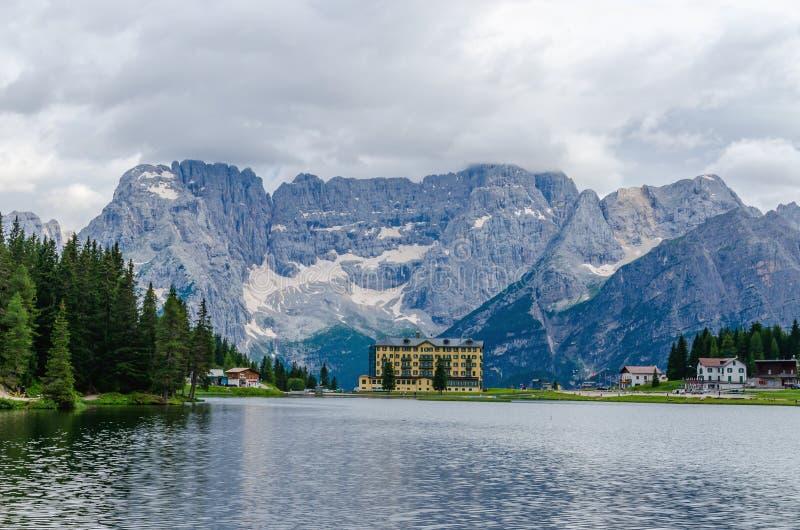 有旅馆的湖Misurina在意大利 免版税库存照片