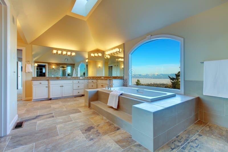 有旋涡和惊人的窗口视图的丰富的卫生间 免版税图库摄影
