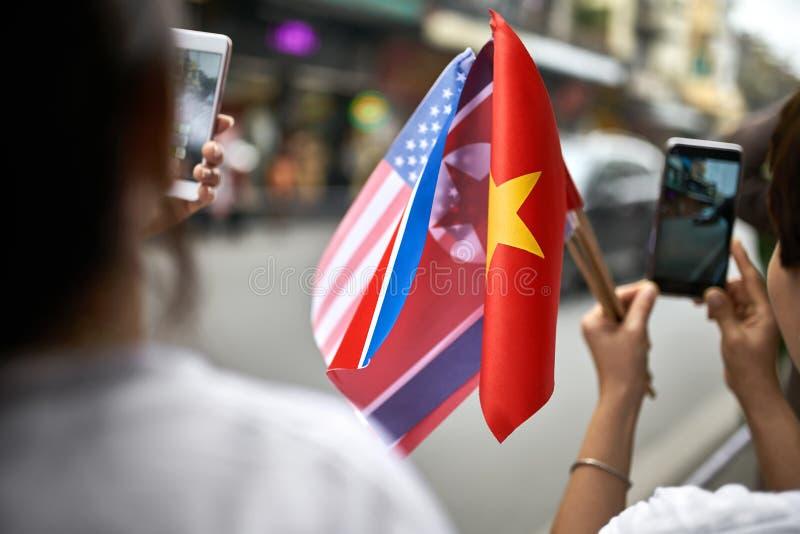 有旗子的人为外交伴游汽车段落照相的 免版税库存照片
