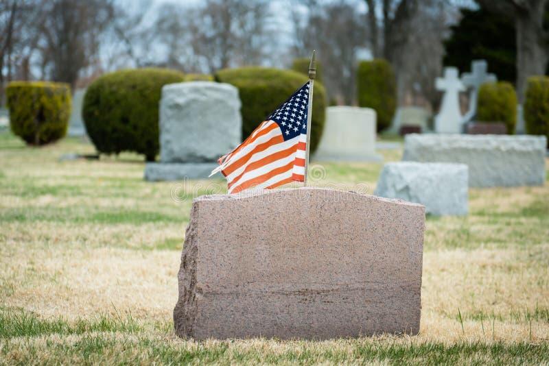 有旗子的墓石 库存图片