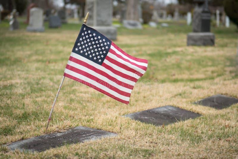 有旗子的墓石 库存照片