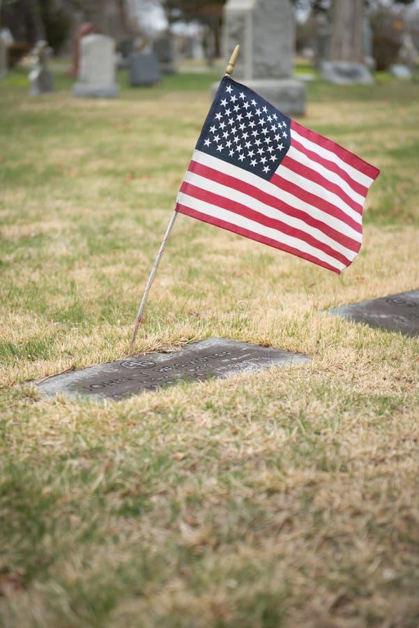 有旗子的墓石 免版税库存图片