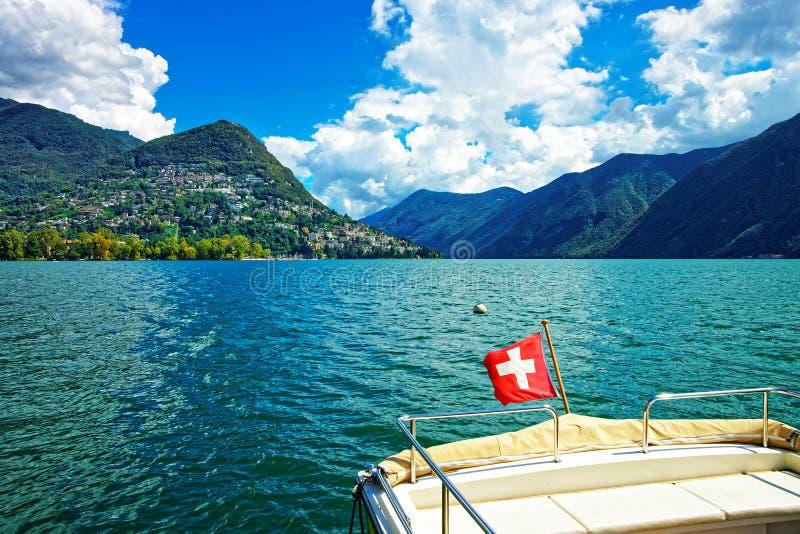 有旗子的小船在散步在提契诺州瑞士卢加诺  库存照片