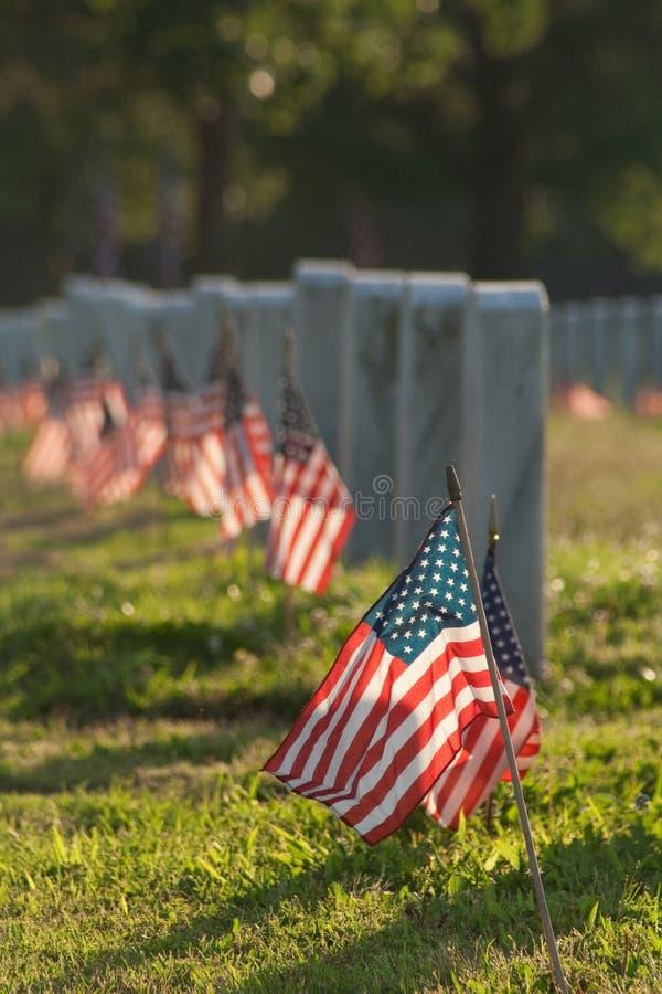 有旗子的经验丰富的公墓 免版税图库摄影