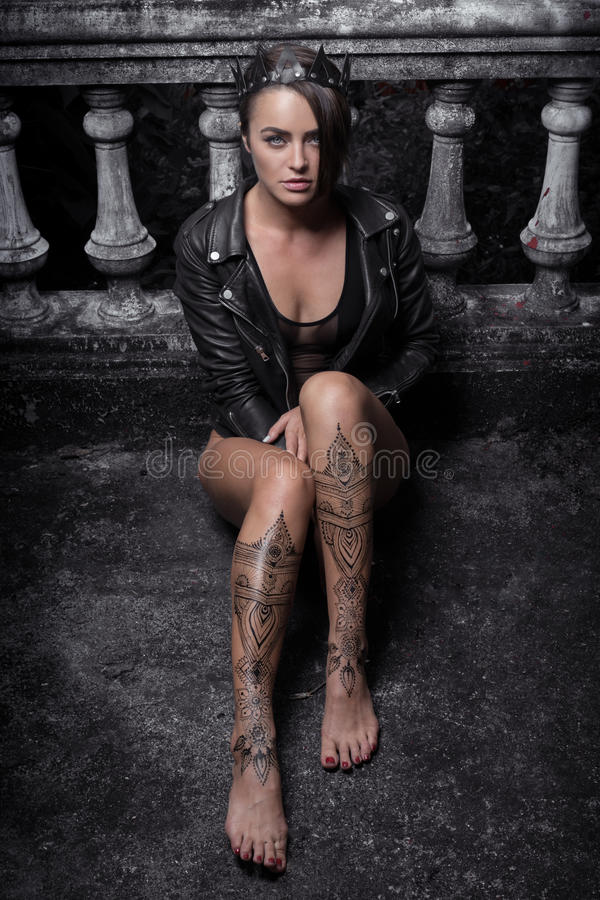有无刺指甲花纹身花刺的神奇美丽的妇女在腿 图库摄影