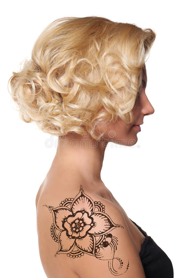 有无刺指甲花纹身花刺mehendi的美丽的妇女 库存照片