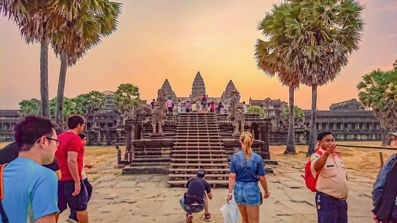 有日出早晨和旅游参观的吴哥窟,暹粒市柬埔寨,世界的奇迹吴哥窟暹粒市 图库摄影