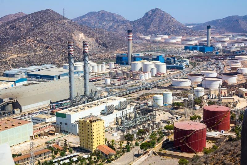 有日志精炼厂的工业园 免版税库存照片
