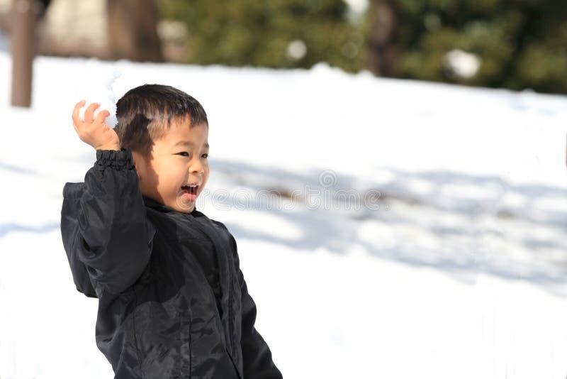 有日本的男孩雪球战斗 免版税图库摄影