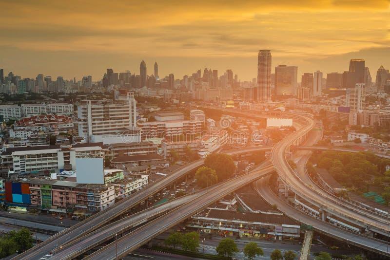 有日落口气的鸟瞰图城市企业街市结束高速公路交叉点 库存照片