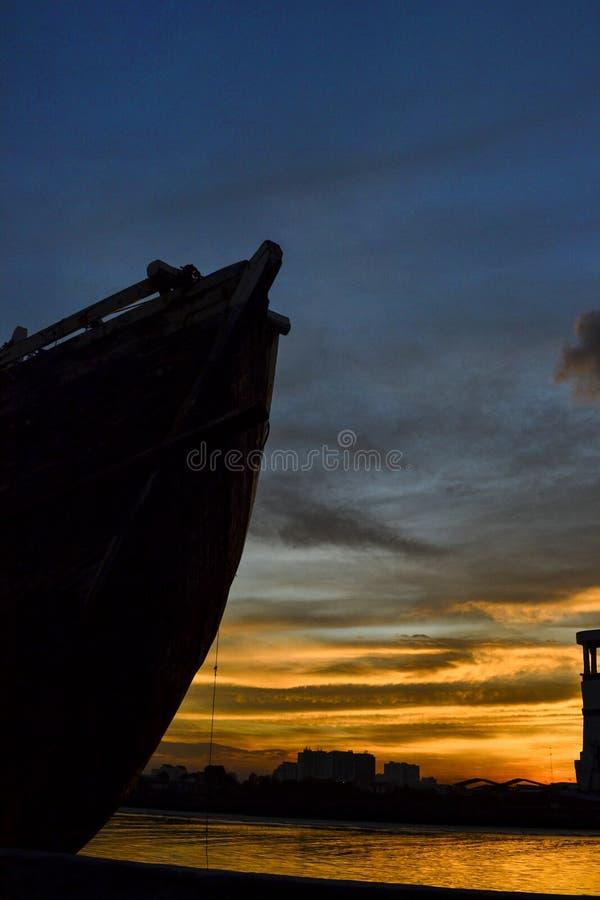 有日落片刻的Phinisi船 库存照片