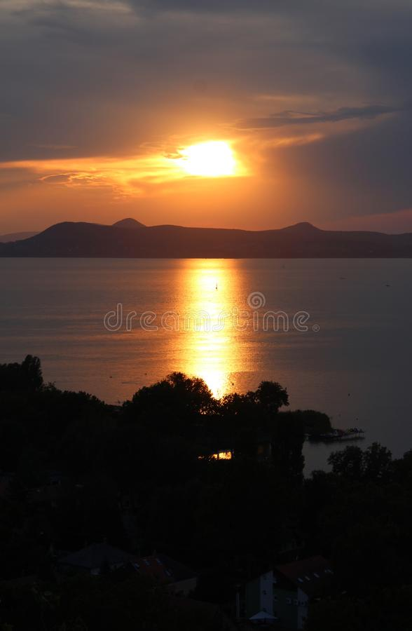 有日落的巴拉顿湖 免版税库存图片