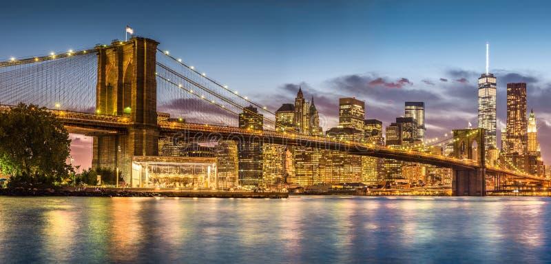 有日落的布鲁克林大桥从布鲁克林大桥公园 免版税图库摄影