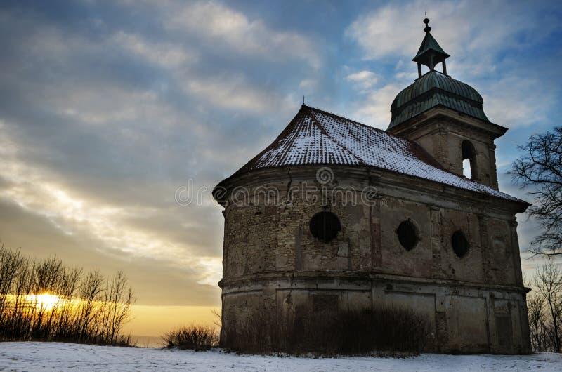 有日落的教会 库存图片