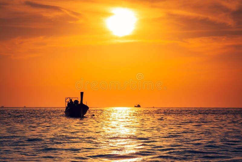 有日落的渔船在发埃发埃海岛,泰国 库存图片