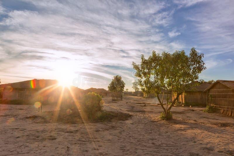 有日落的非洲乡村 安哥拉, Dundo 免版税库存图片