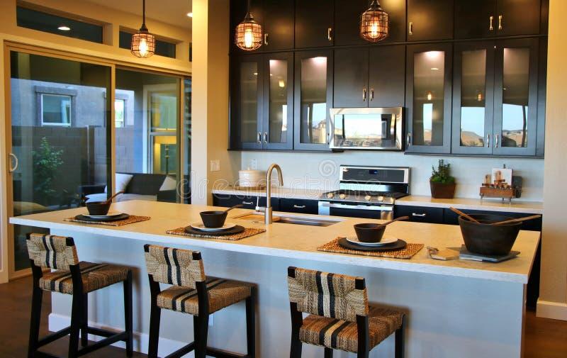 有早餐吧台的现代厨房 库存照片