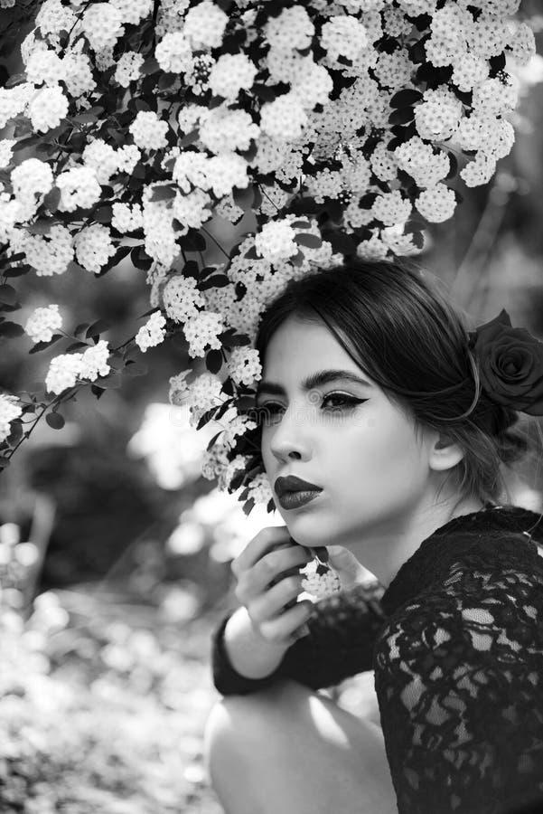 有时兴的西班牙构成的俏丽的女孩,在头发的玫瑰色花 库存图片