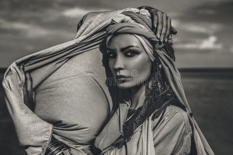 有时兴的boho辅助部件的年轻时髦的妇女在bea 免版税图库摄影