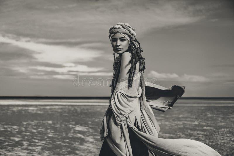 有时兴的boho辅助部件的年轻时髦的妇女在bea 图库摄影