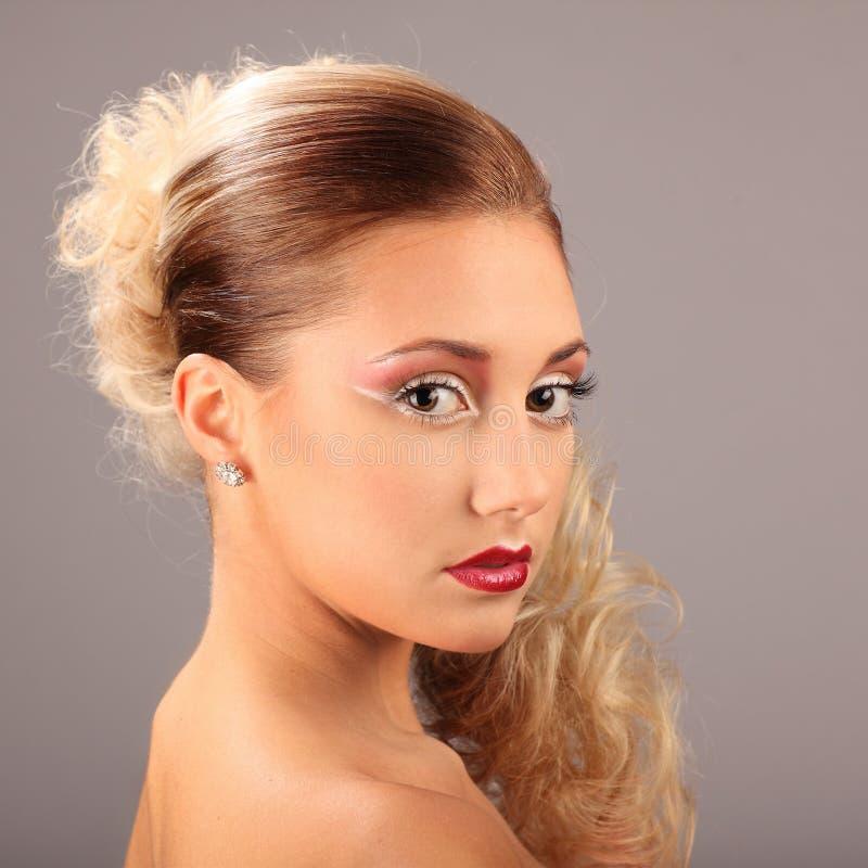有时尚发型和魅力构成的美丽的妇女 免版税库存图片
