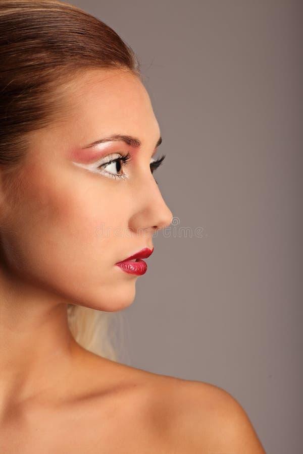 有时尚发型和魅力的美丽的妇女 库存图片