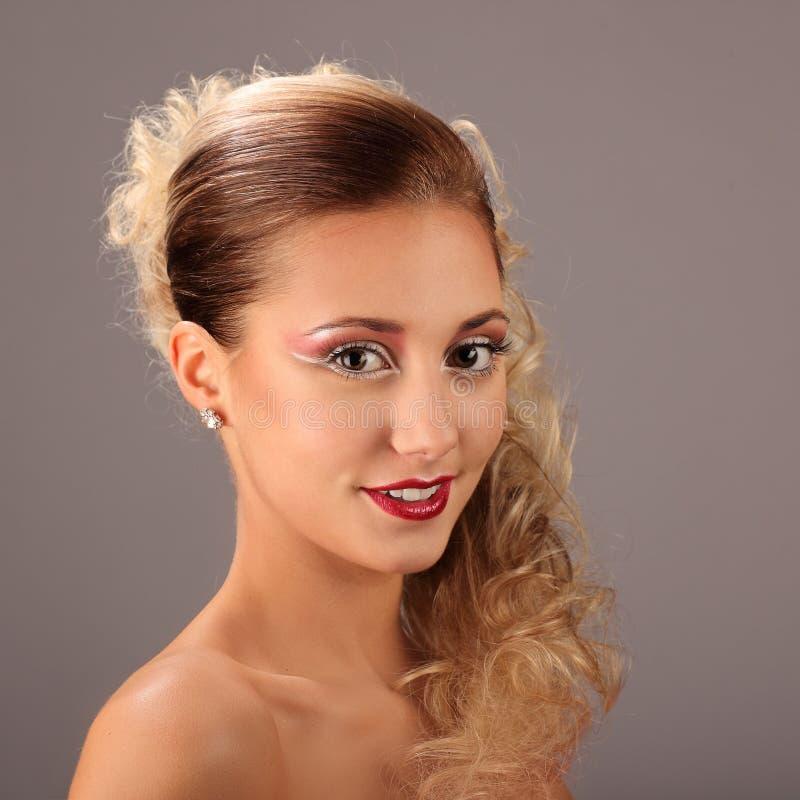 有时尚发型和魅力的美丽的妇女 免版税库存图片