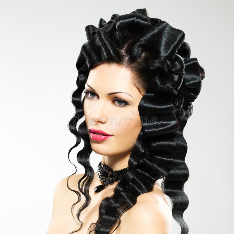 有时尚发型的美丽的妇女 库存照片