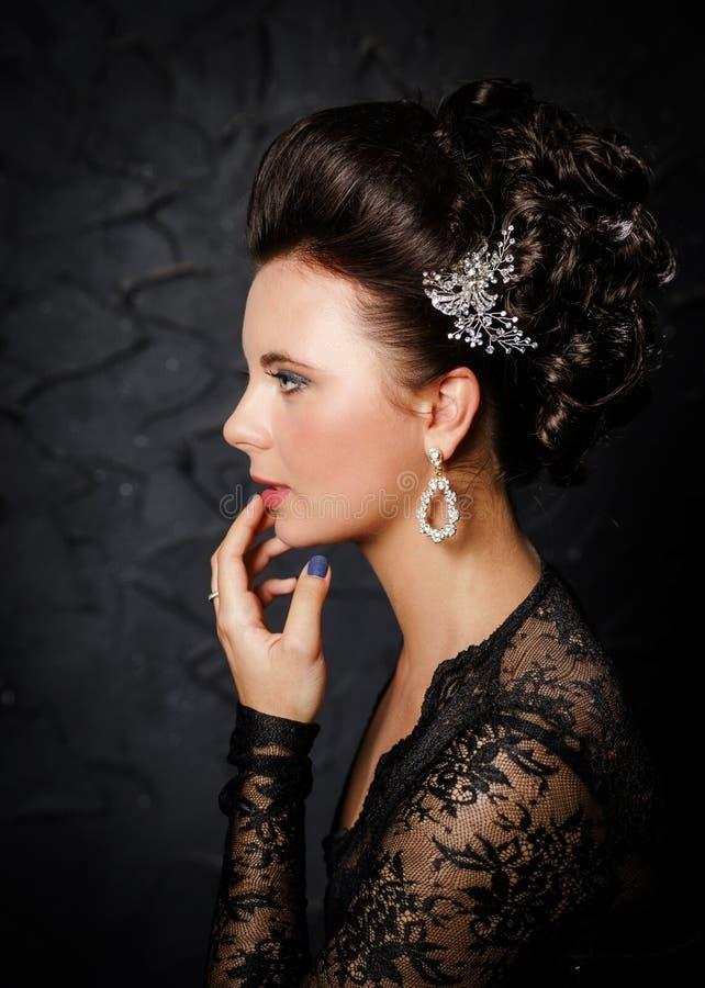 有时尚婚礼发型的美丽的新娘 免版税库存图片