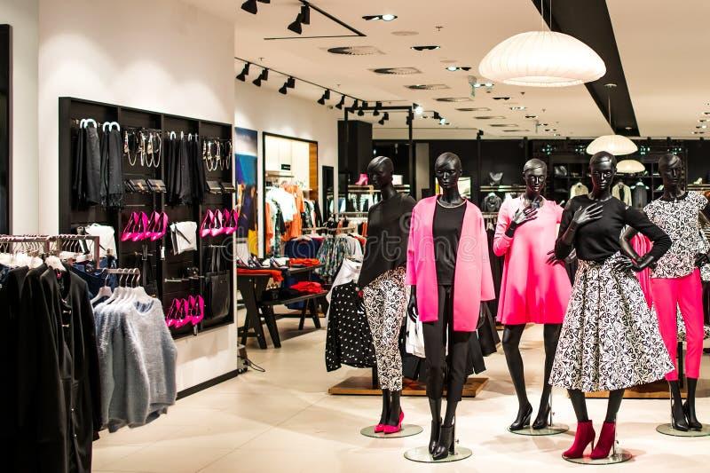 有时尚时装模特的购物的商店 免版税库存照片