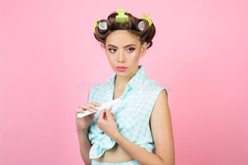 有时尚构成和头发的减速火箭的妇女 修饰在早晨的愉快的女孩 美容院和美发师 女孩针 免版税库存照片