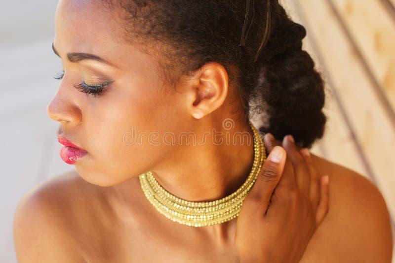 有时尚构成和首饰的黑人皮肤妇女 免版税库存照片