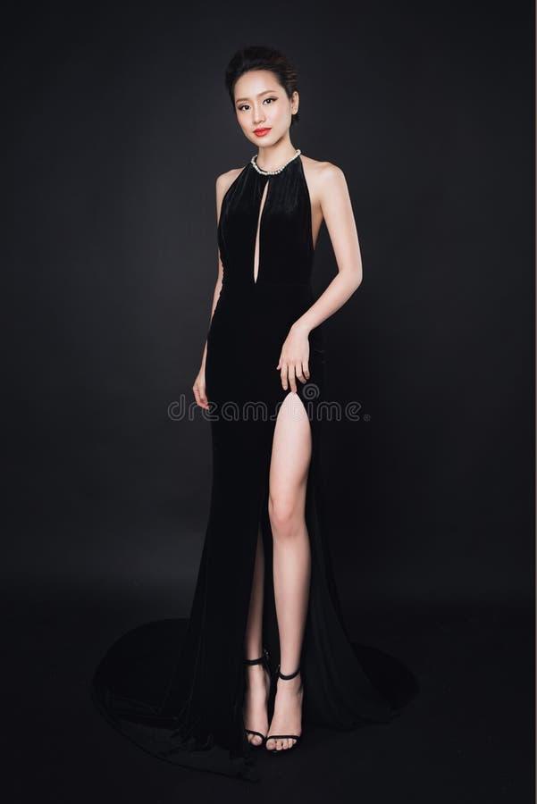 有时尚构成的亚裔妇女在豪华黑礼服 免版税库存图片