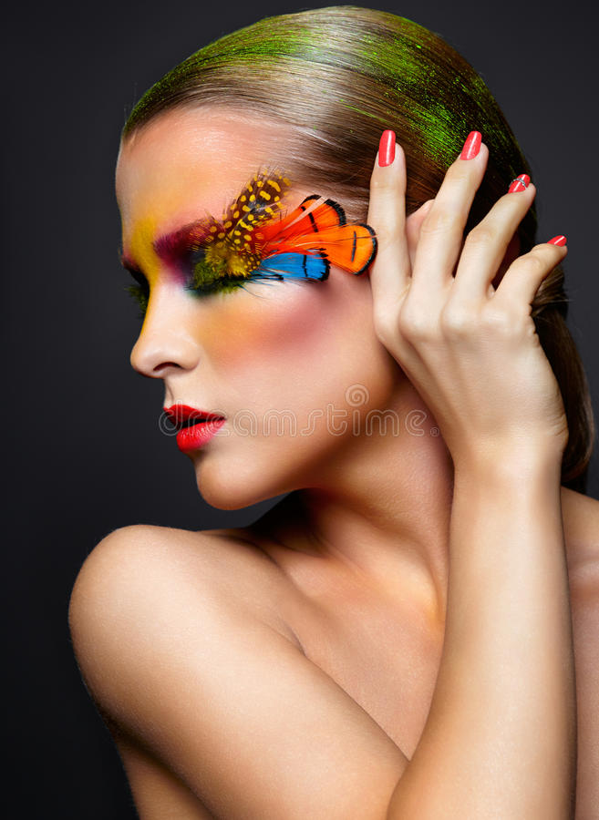 有时尚羽毛睫毛构成的妇女 免版税图库摄影