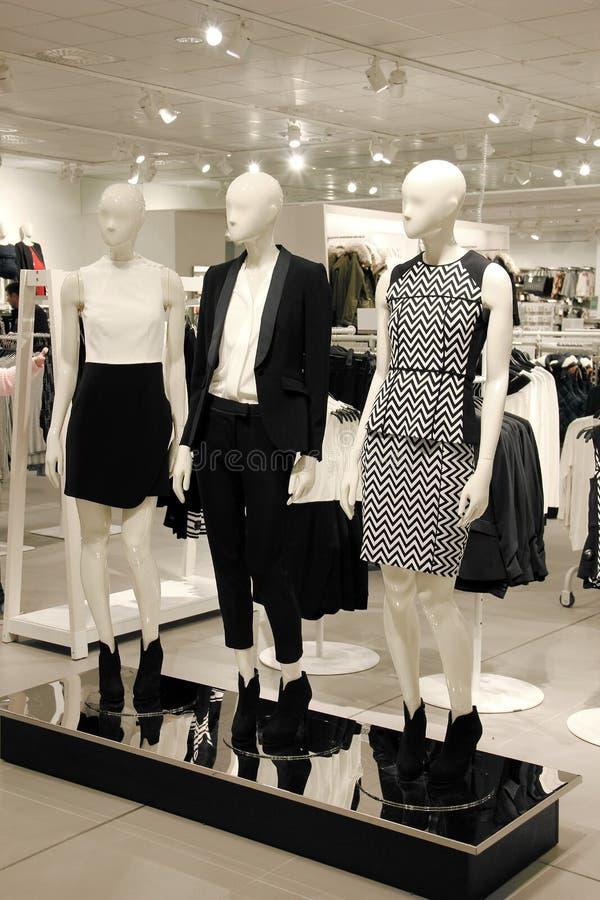 有时装模特的购物的商店在企业衣裳穿戴了 免版税库存图片