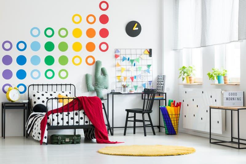 有时钟的五颜六色的孩子` s卧室 图库摄影
