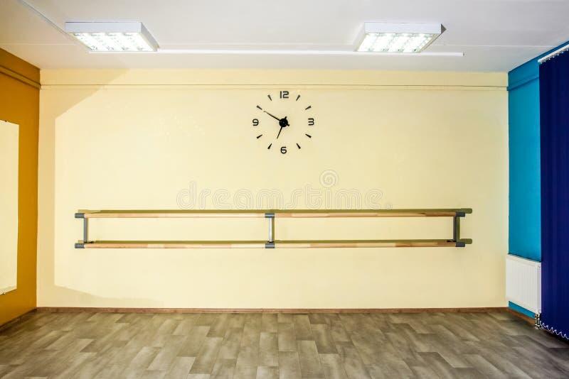有时钟的空的大厅舞厅在墙壁上 免版税库存照片