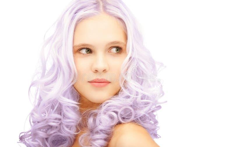 有时髦丁香被染的头发的青少年的女孩 免版税库存图片