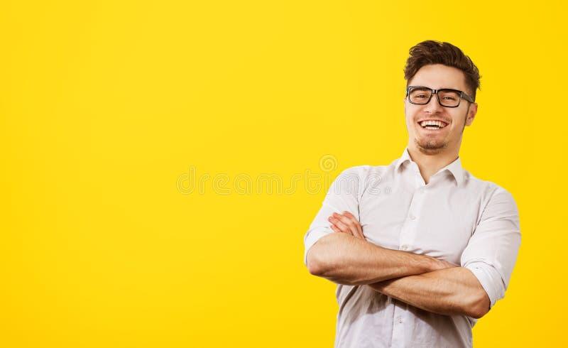有时髦发型和髭的,笑高兴的英俊的人愉快地 库存图片