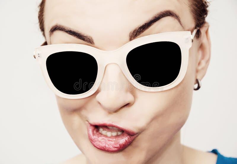 有时髦的太阳镜的疯狂的白种人魅力妇女 库存图片