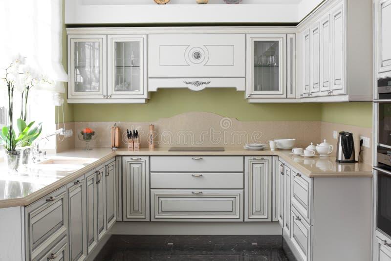 有时髦的家具的现代厨房 图库摄影