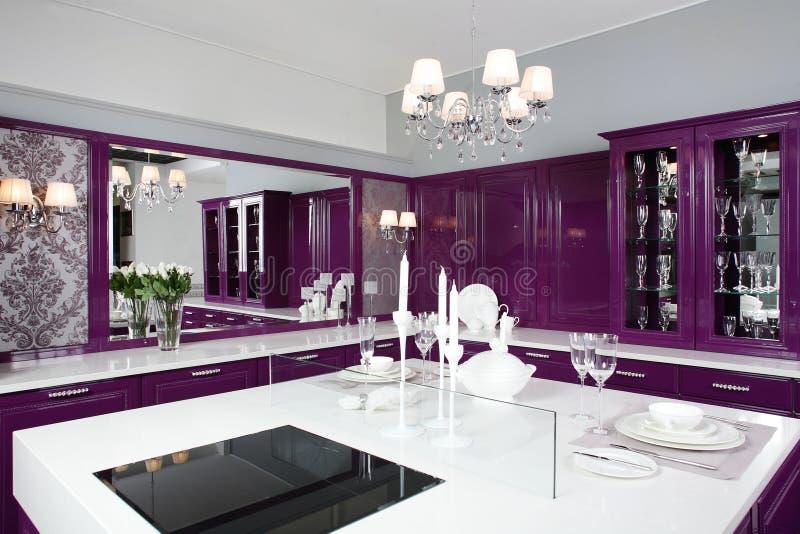 有时髦的家具的现代紫色厨房 免版税图库摄影