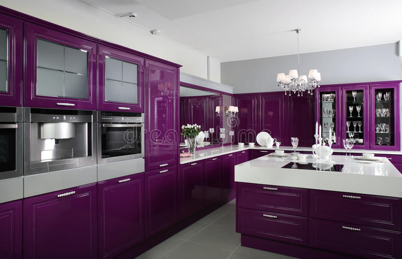 有时髦的家具的现代紫色厨房 库存照片