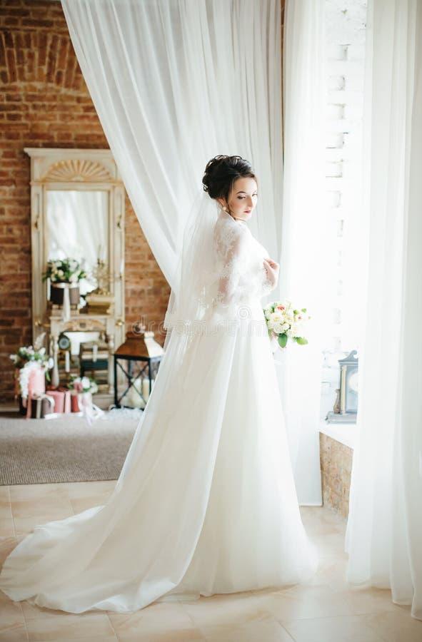 有时髦的构成的美丽的深色的新娘 免版税库存照片