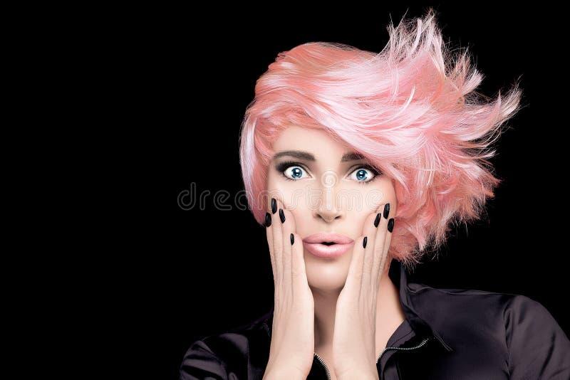 有时髦的玫瑰色金头发的时装模特儿女孩 发廊头发染色概念 短的发型 免版税图库摄影