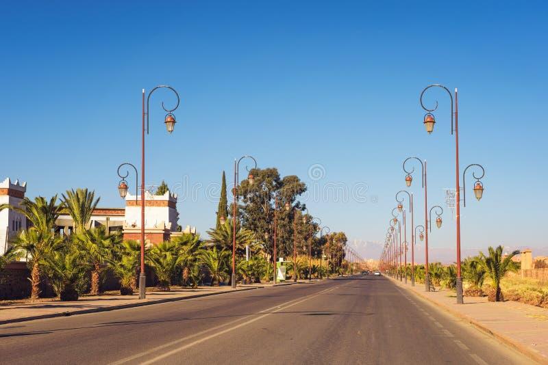 有时髦的街灯行的路在瓦尔扎扎特,摩洛哥的中心 库存图片