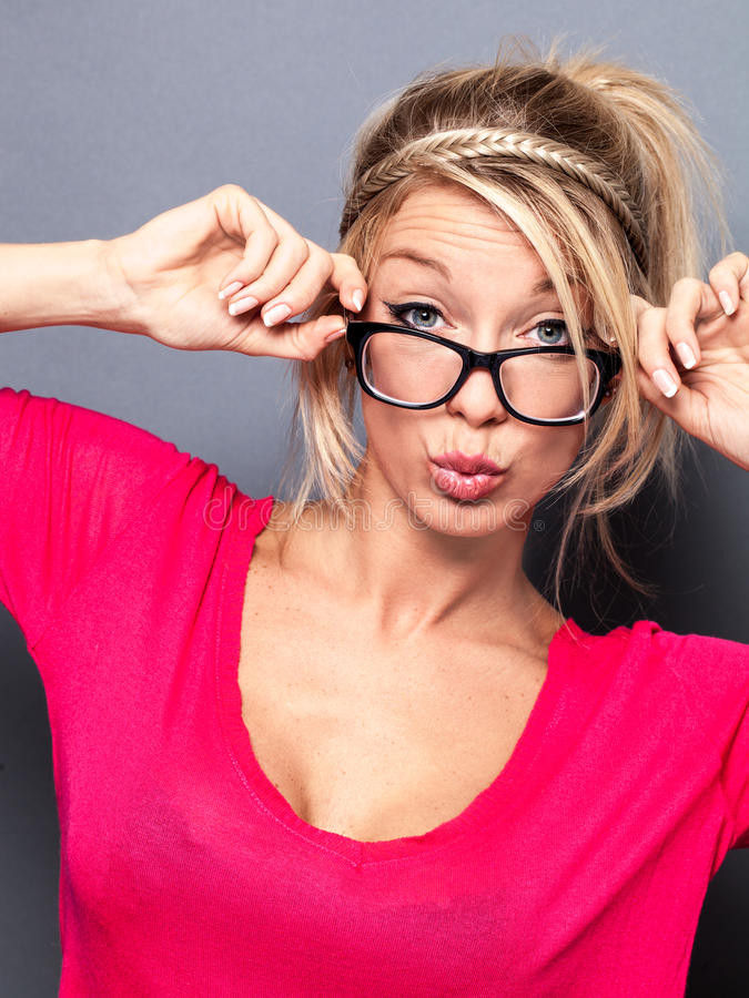 有时髦镜片的性感的年轻白肤金发的女孩噘嘴为华伦泰的 库存照片